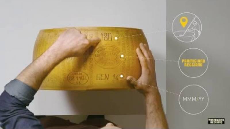 L'arte del taglio a mano del Parmigiano Reggiano