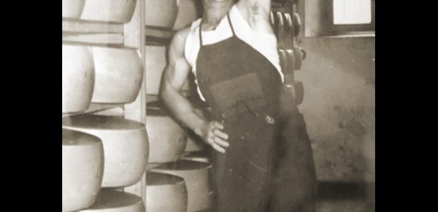 Divino Benassi solleva una forma di parmigiano
